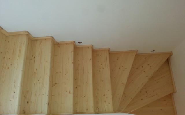 Pudich Bolatice – Obložení betonového schodiště, parapetu, montáž dveří